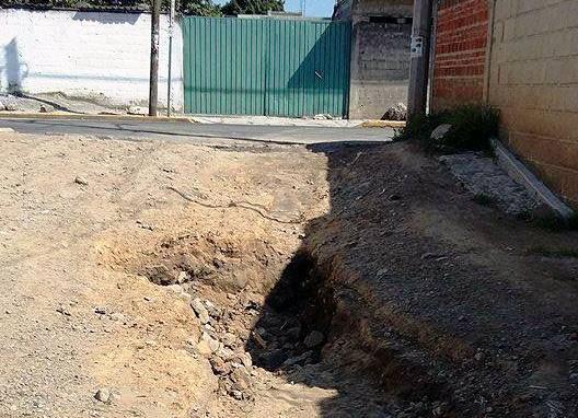 En calles de Tepeyanco baches convertidos en trampas mortales