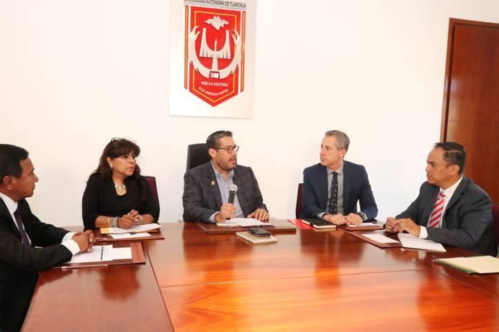 Entrega Banco Santander becas para movilidad de estudiantes de la UATx