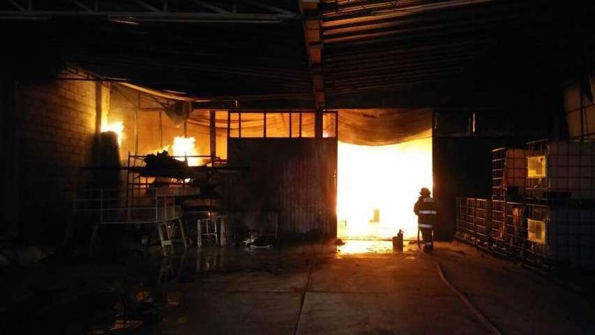 A un costado de gasolinería arde en llamas imprenta LOGOS