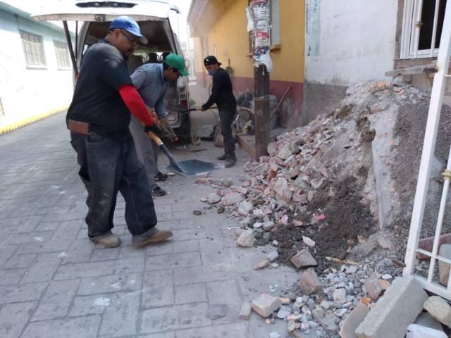 Ayuntamiento mejora la imagen urbana limpiando calles y retirando escombro