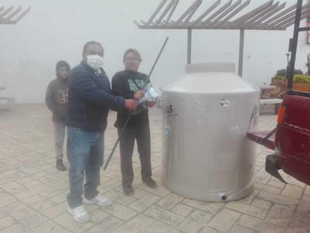 Gobierno de Tepetitla de Lardizábal entregó 50 tinacos rotoplas y una cisterna