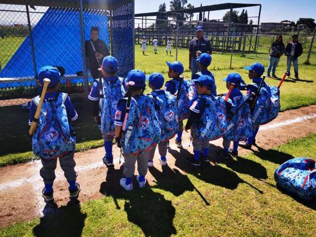 Alcalde y diputadas impulsan el deporte entregando uniformes