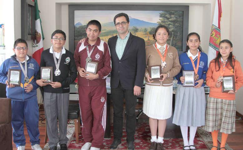 Felicita MCH a alumnos ganadores de la Olimpiada Nacional de Matemáticas