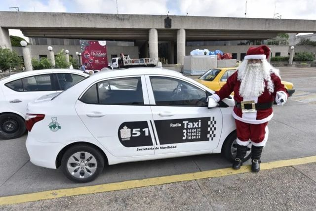 Un mexicano taxista vestido de Santa Claus recolecta juguetes para niños pobres
