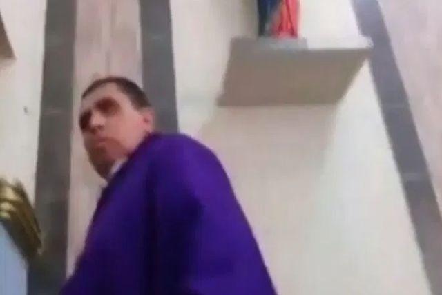 Exhiben a un sacerdote en estado etílico que regaña con groserías a una niña en plena misa