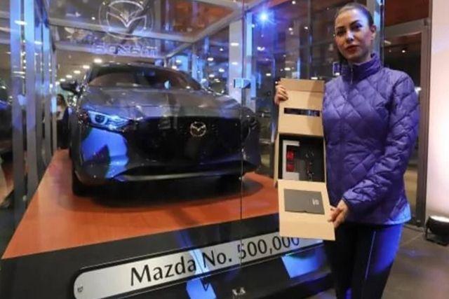 Entregan gratuitamente un Mazda 3 que tenía un valor de 500 mil pesos en México