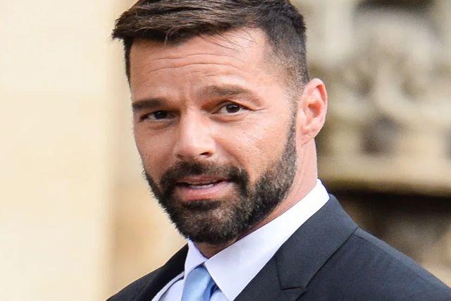 Ricky Martin besa en un evento a los presentadores a días de que lo acusarán de infiel