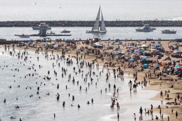 Llenan playas en EEUU tras su apertura por la cuarentena del Covid-19