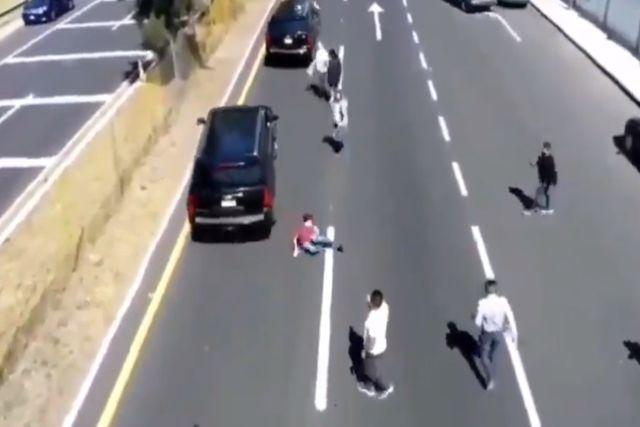 Supuesta camioneta de AMLO atropella a joven en Tlaxcala