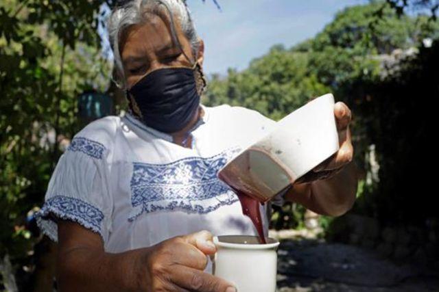 Cocinera Tlaxcalteca gana concurso por receta de atole de maíz morado