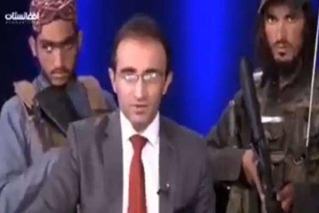 Presentador de TV pide no tener miedo a los talibanes; Da discurso con todo y armas alrededor