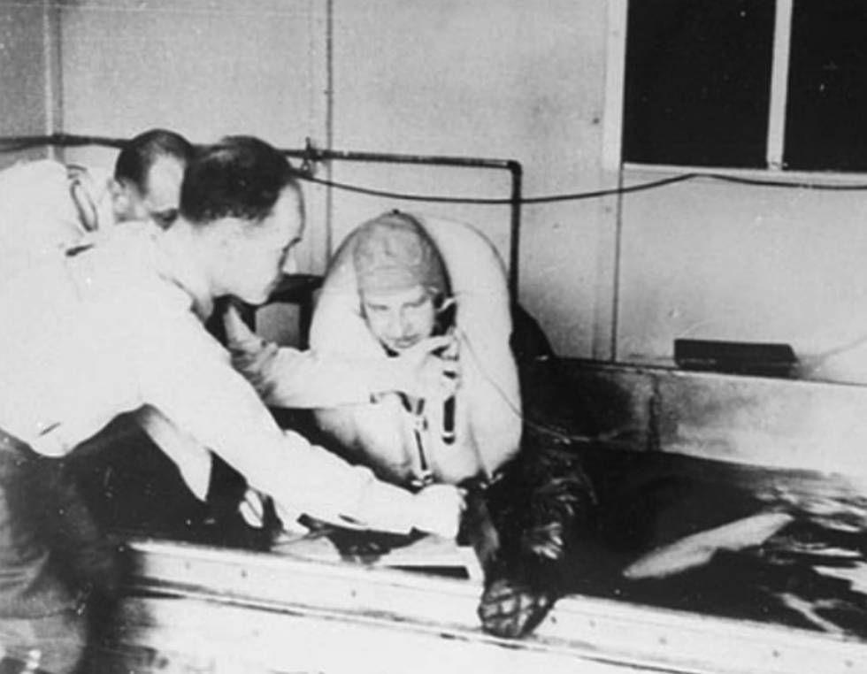 Médico Nazi sumerge en tanque de agua a personas con el objetivo de matarlas