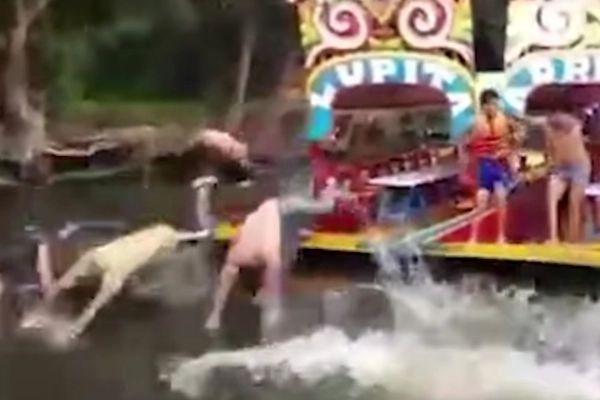 Remeros de Xochimilco se burlan del difunto joven aventándose al agua