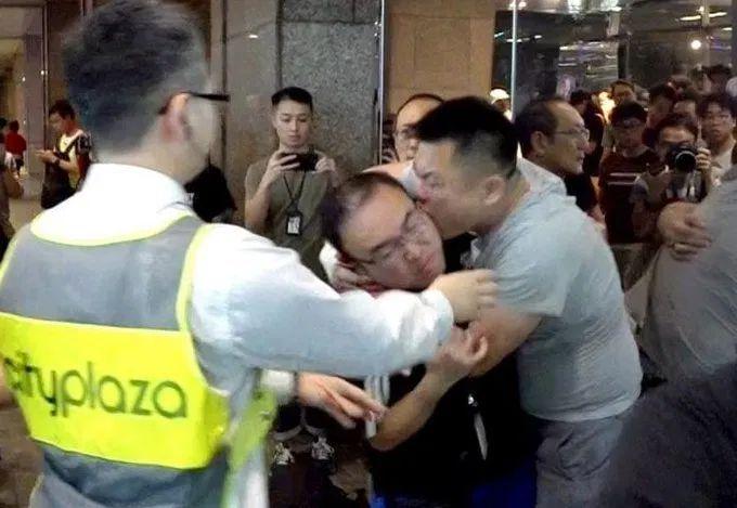 Un concejal de Hong Kong fue atacado brutalmente arrancándole la oreja de una mordida
