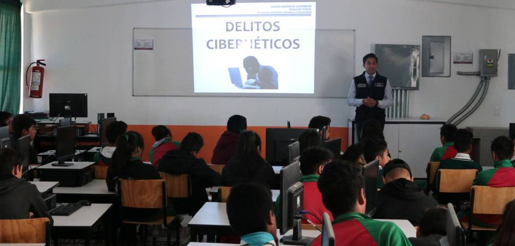 """FGR imparte pláticas para prevenir ser víctimas de """"Delitos Ciberneticos"""""""