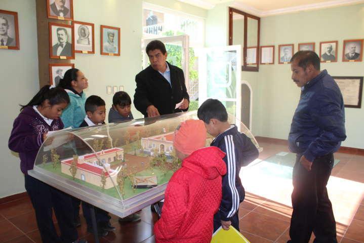 Niños con necesidades educativas especiales de Tepetitla  visitan el Museo-Galería