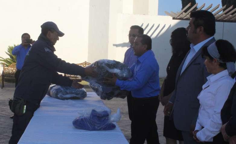 Entrega Presidente Municipal de Tepetitla uniformes a elementos de seguridad