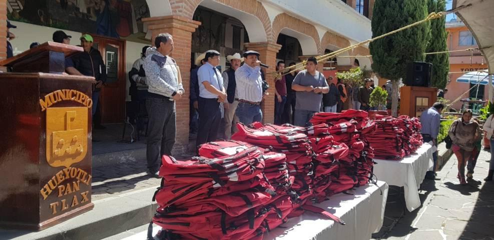 Alcalde apoya la economía familiar entregando 1000 kits escolares