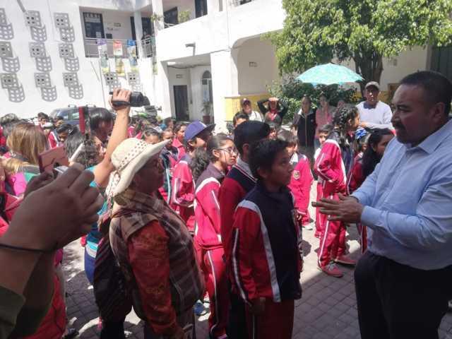 Entrega Gobierno Municipal más de 250 apoyos económicos a estudiantes de Xicohtzinco