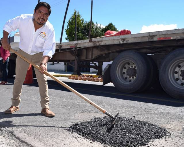 Supervisa alcalde trabajos de mantenimiento y bacheo en Panotla