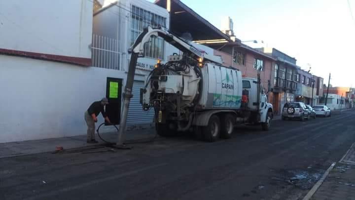 Realizan trabajos de desazolve en calles céntricas de la ciudad