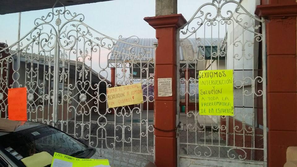 Piden padres de familia destitución del director de primaria en Ixtacuixtla