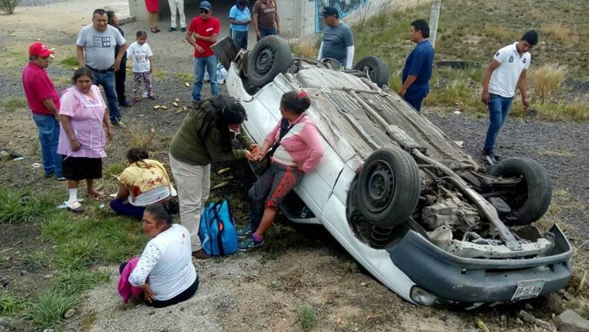 Fuerte volcadura deja tres heridos en Vía Corta