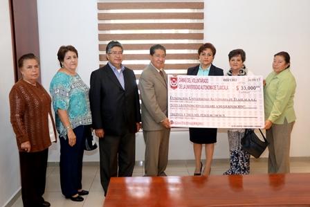 Apoya voluntariado de la UAT con donativo a madres estudiantes
