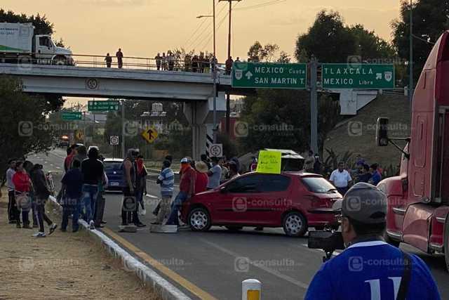 Pobladores de Totolac mantienen cerrada la autopista Tlaxcala-San Martín