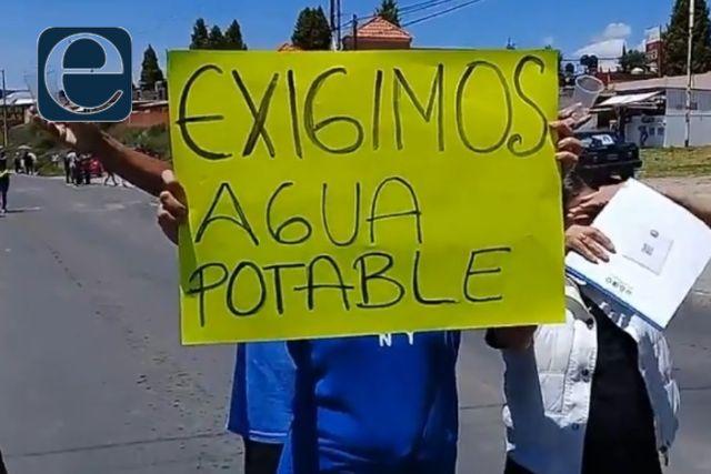 Sujeto amaga con machetear a un grupo de manifestantes de Santa Cruz Tlaxcala