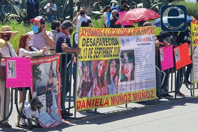 Familiares de Daniela Muñoz se manifiestan durante la visita de AMLO