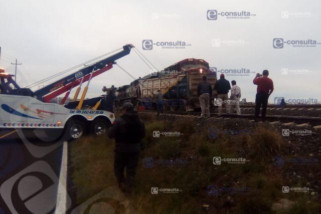 Tren arrastra a un tráiler en Huamantla, hay un lesionado