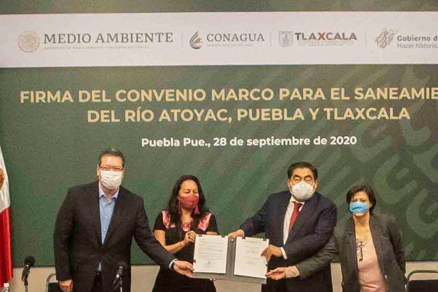 Marco Mena firma con Miguel Barbosa convenio de saneamiento del río Zahuapan-Atoyac