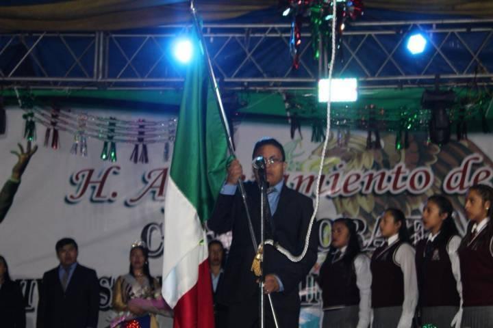 Alcalde de Ixtenco da el Grito de Independencia