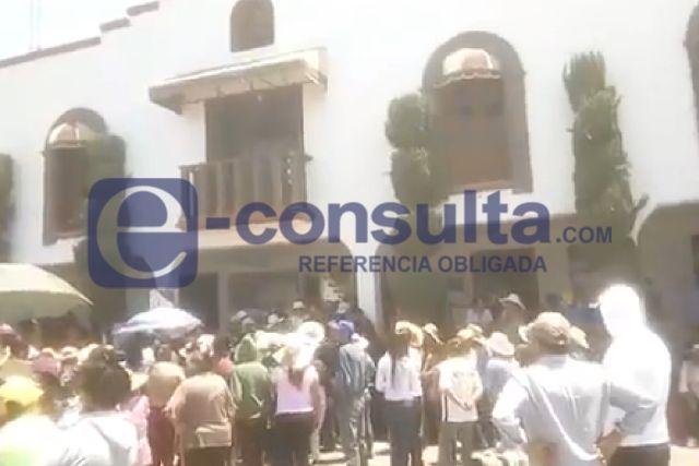 Pobladores de Nopalucan se manifiestan en alcaldía