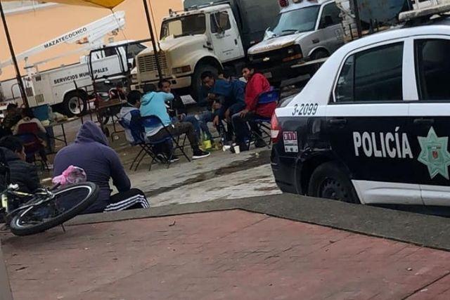 Perredistas inconformes se embriagan mientras mantienen supuesta protesta