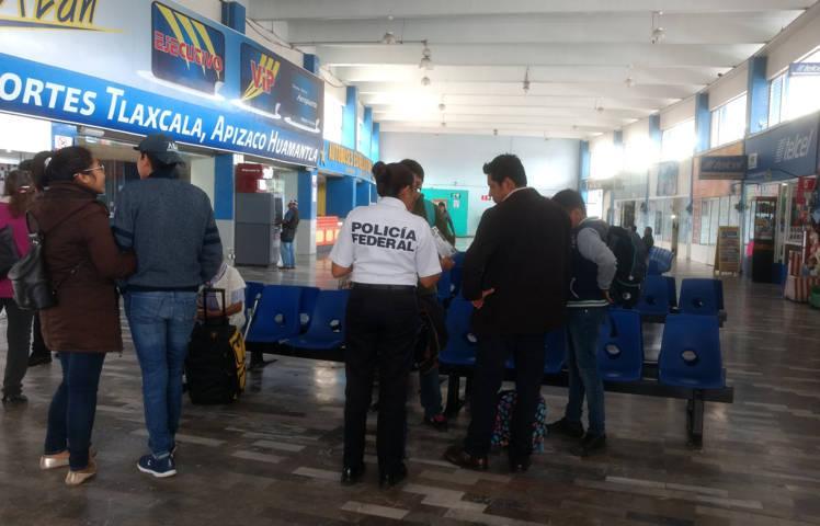 Policía Federal efectúa labores de proximidad social en la central de autobuses en Tlaxcala.