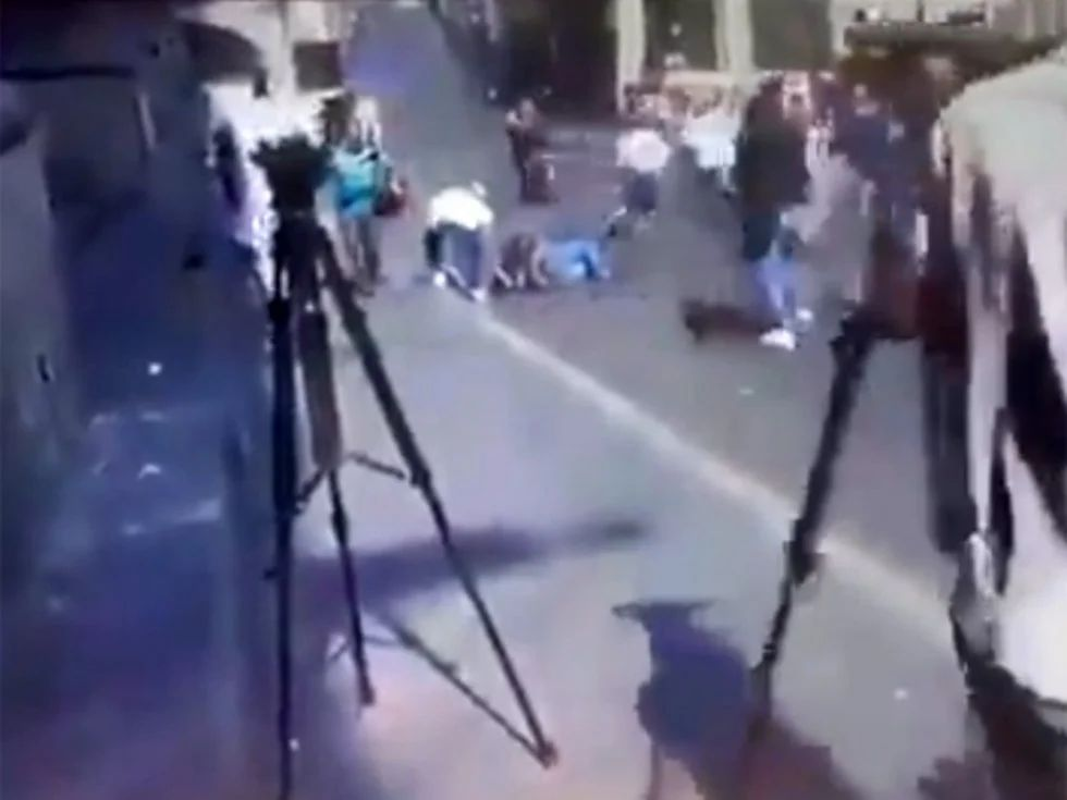 Graban a hombre robando celular de herido durante una balacera en Cuernavaca