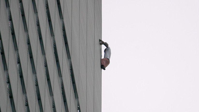 Captan a un hombre que escala un rascacielos sin arnés