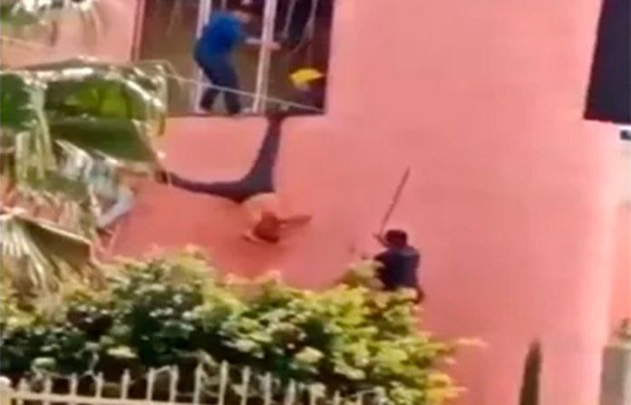 Divulgan en redes a un ladrón que fue agarrado a palazos y colgado como una piñata en Jalisco