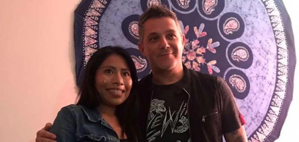 Yalitza Aparicio es ignorada por Alejandro Sanz en Puebla