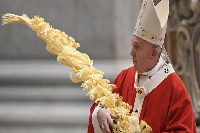Celebran misa del Domingo de Ramos en una iglesia desierta; Papa Francisco