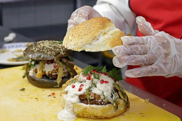 Inventan en Puebla la nueva versión de Chiles en Nogada, ahora como hamburguesa