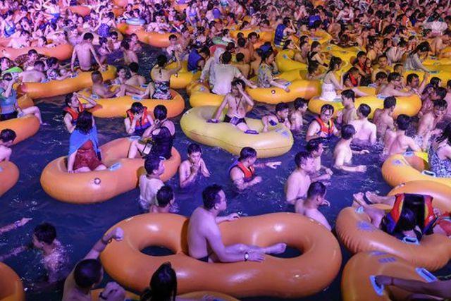 Miles de personas se olvidan del covid-19  y festejan fiesta acuática en Wuhan