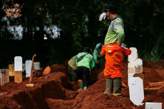 En Indonesia castigan a ciudadanos sin cubrebocas cavando tumbas para muertos por Covid