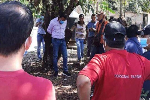 Por dar obra defectuosa amarran a un árbol Alcalde en Chiapas