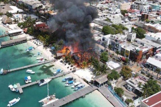 Pánico en Isla Mujeres por incendio que arrasa con al menos diez restaurantes