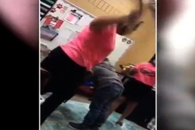 Profesora da 6 tablazos a una niña con su mamá presente