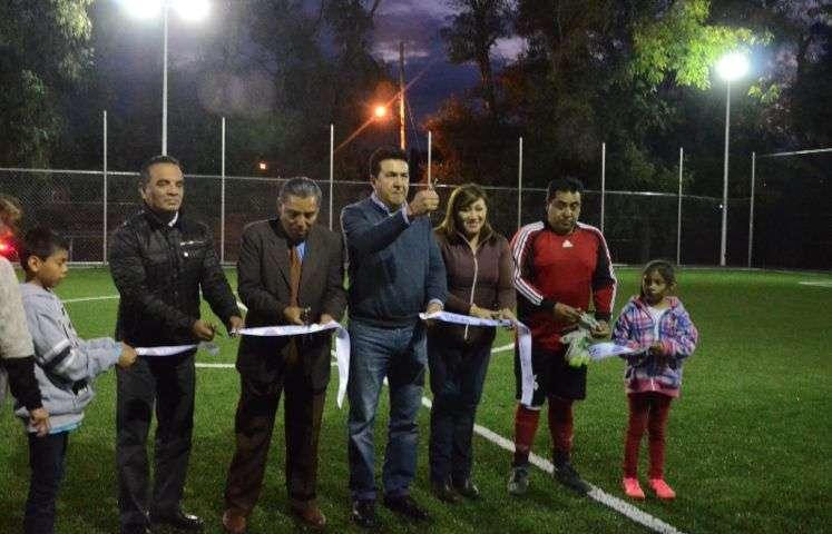 Inaugura Escobar Jardínez cancha de Fútbol 7 en Ixtulco