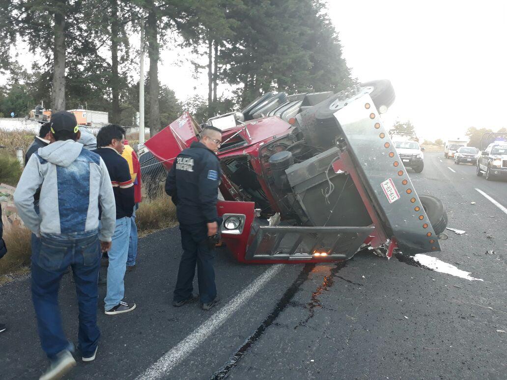 Volcadura de trailer en la Apizaco Huamantla sólo deja daños materiales